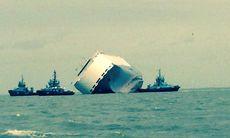 Lastfartyg med 1.400 lyxbilar sitter fast på grund