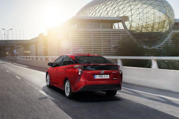 EU-2016-Toyota-Prius-10.jpg