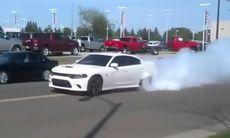 Nybliven ägare till Dodge Charger Hellcat gör burnout