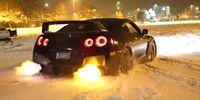 Nissan GT-R eldar upp snön med avgasflammor