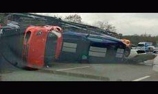 Dussintal sportbilar förstörda när biltransport välte i Frankrike