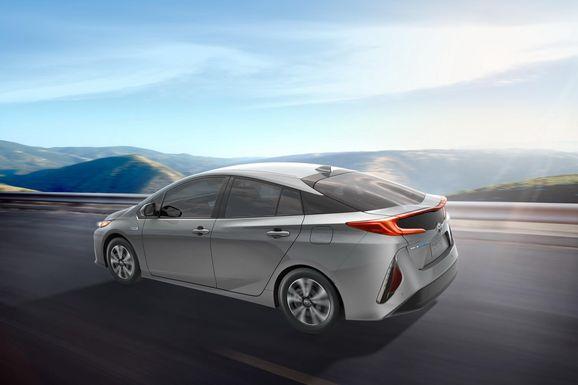 2017-Toyota-Prius-PHEV-03.jpg
