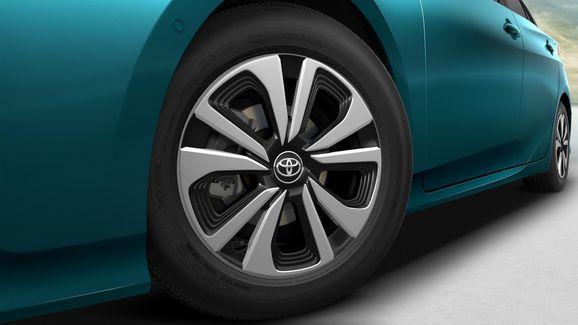 2017-Toyota-Prius-PHEV-16.jpg