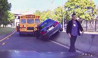 BMW-förare kör om skolbuss – får sitt straff direkt