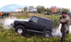 Heroisk Mercedes G-wagen ger allt för att klara omöjlig bana