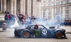 Ken Blocks vansinnesfärd i London med Matt LeBlanc – i förlängd version